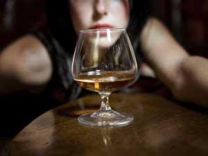 Как помочь человеку при сильной степени алкогольного опьянения?